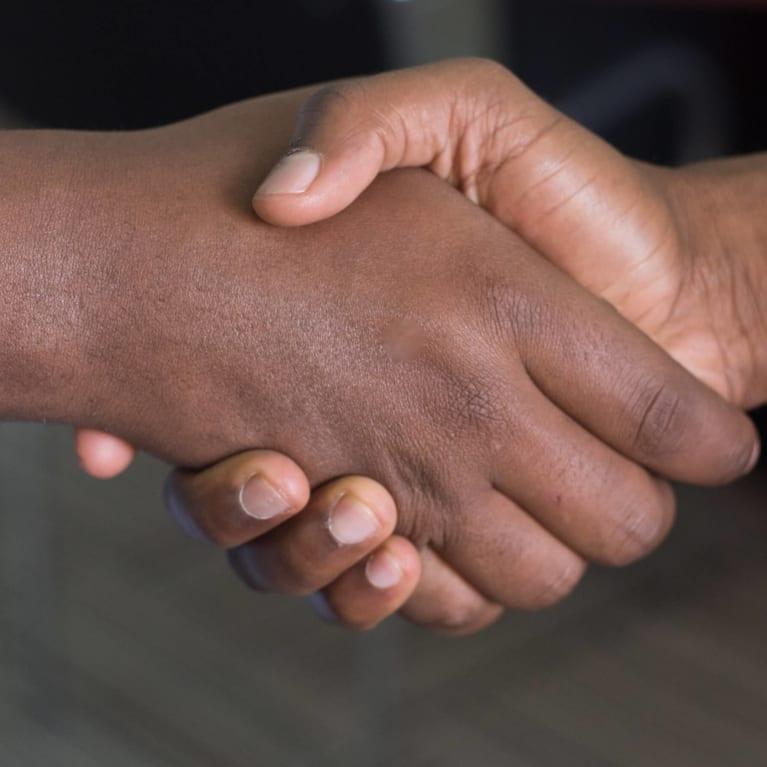 Duas pessoas apertam as mãos em sinal de paz e reconciliação. Foto: Unsplash (Cyntonn Photography)