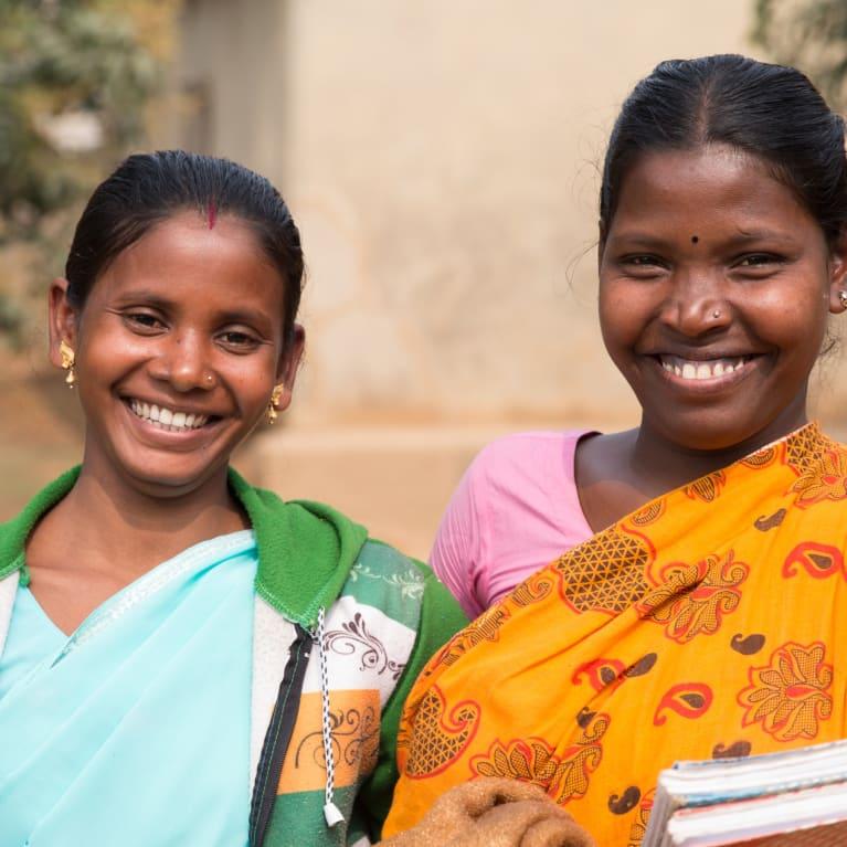 Dos mujeres invierten en su comunidad local por medio de un grupo de ahorro y préstamo en Bangladesh. Foto: Ralph Hodgson