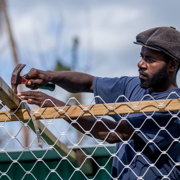 Ashley Arthur faz consertos em um prédio em seu povoado de Siuiri, em Vanuatu