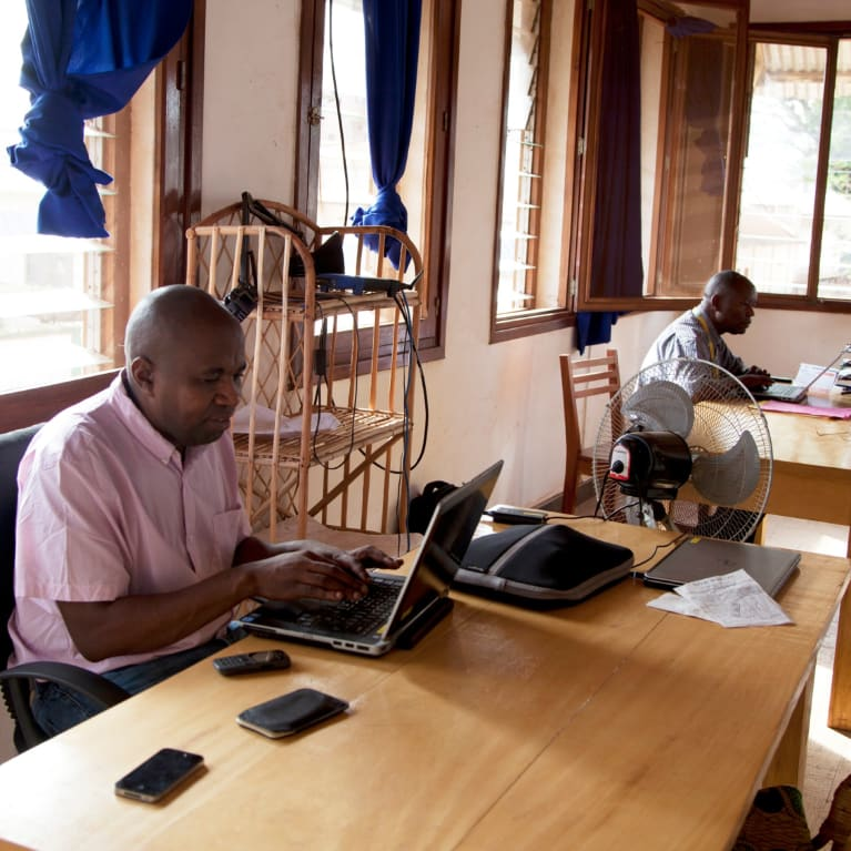 Personnel de Tearfund travaillant dans le bureau de Bangui, en RCA. Photo: Isobel Peaty/Tearfund