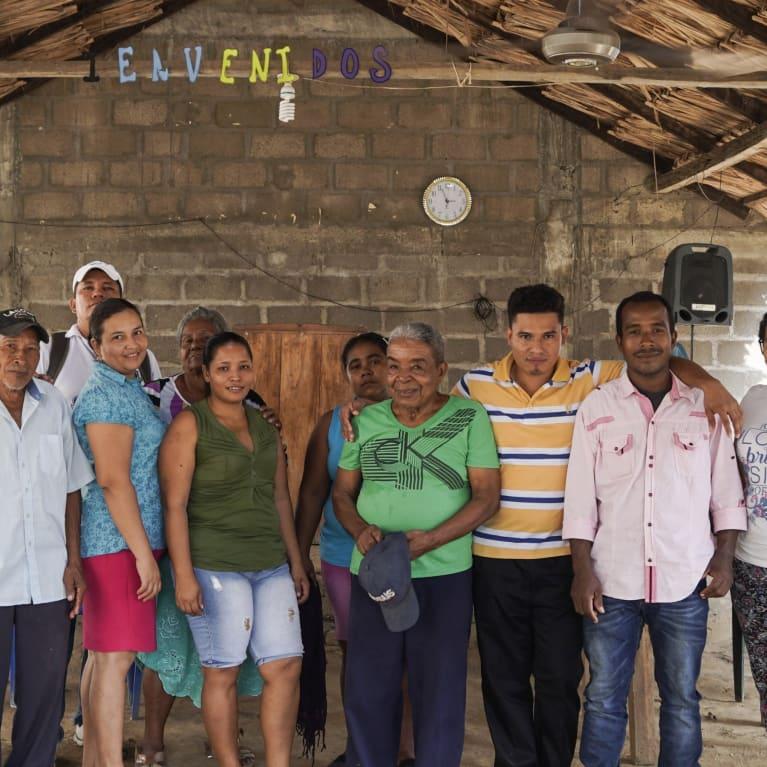 Miembros de una comunidad del norte de Colombia que han recibido apoyo de las iglesias locales socias de Tearfund para reconstruir sus vidas. Foto: Lydia Powell