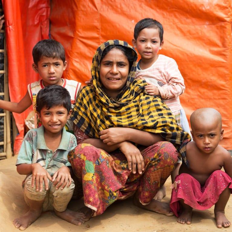Une famille assise devant sa tente au Bangladesh. Photo : Ralph Hodgson/Tearfund