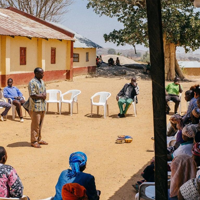 Réunion de village au Nigeria pour le programme de mobilisation de l'Église et de la communauté. Photo : Andrew Philip/Tearfund