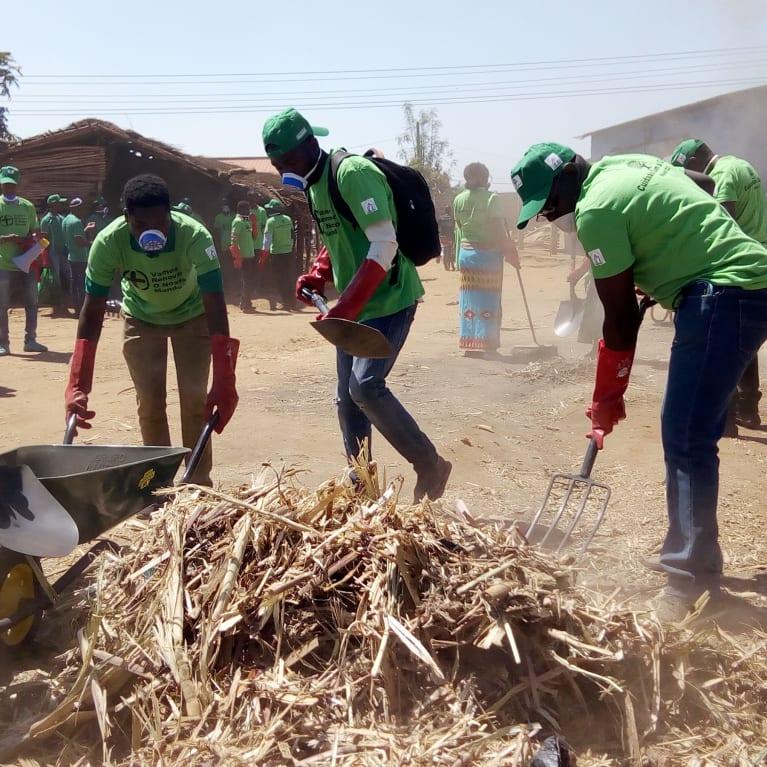 Los miembros de una comunidad de Mozambique se movilizan para limpiar las calles tras el ciclón Idai. Foto: Edgar Jone/Tearfund