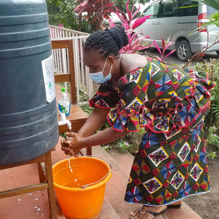 Dans la RDC, Bitondo Wivine se lave les mains lors d'un évènement où des responsables religieux assistent à une formation de réponse à la Covid-19.