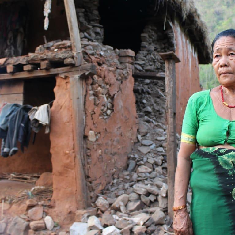 La casa de Thulimaya sufrió graves daños durante el terremoto que asoló a Nepal el 25 de abril de 2015. En las herramientas de evaluación de las necesidades de Tearfund se cuenta su historia. Foto: Esther Trewinnard/Tearfund