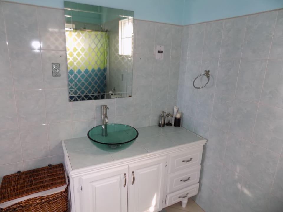 En suite bathroom in the blue room