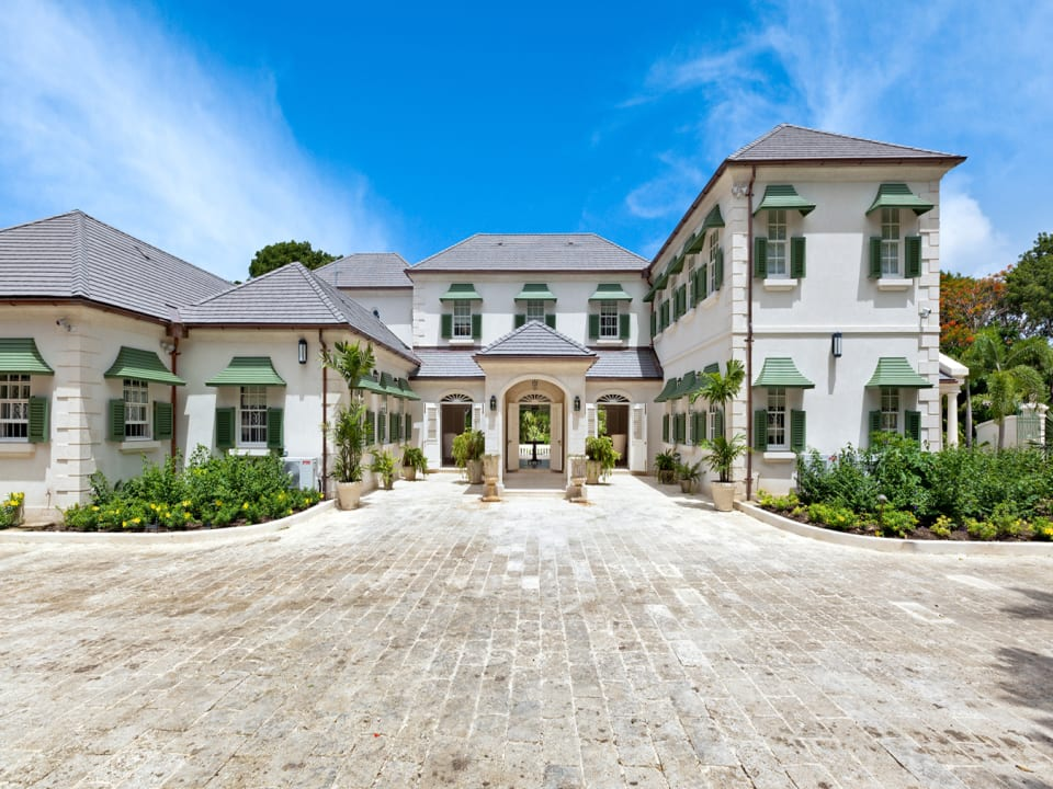 Impressive Entrance and driveway