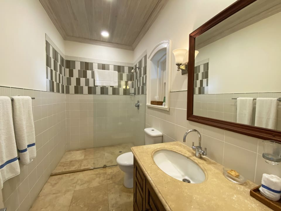 En suite guest bathroom 1