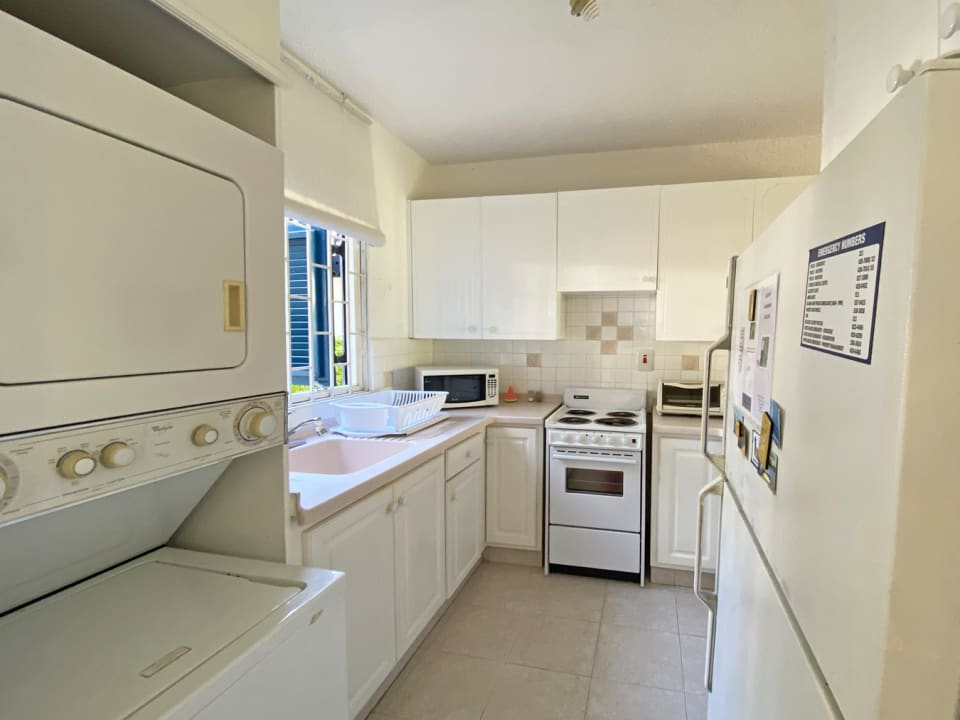 Equipped kitchen with a full washer and dryer