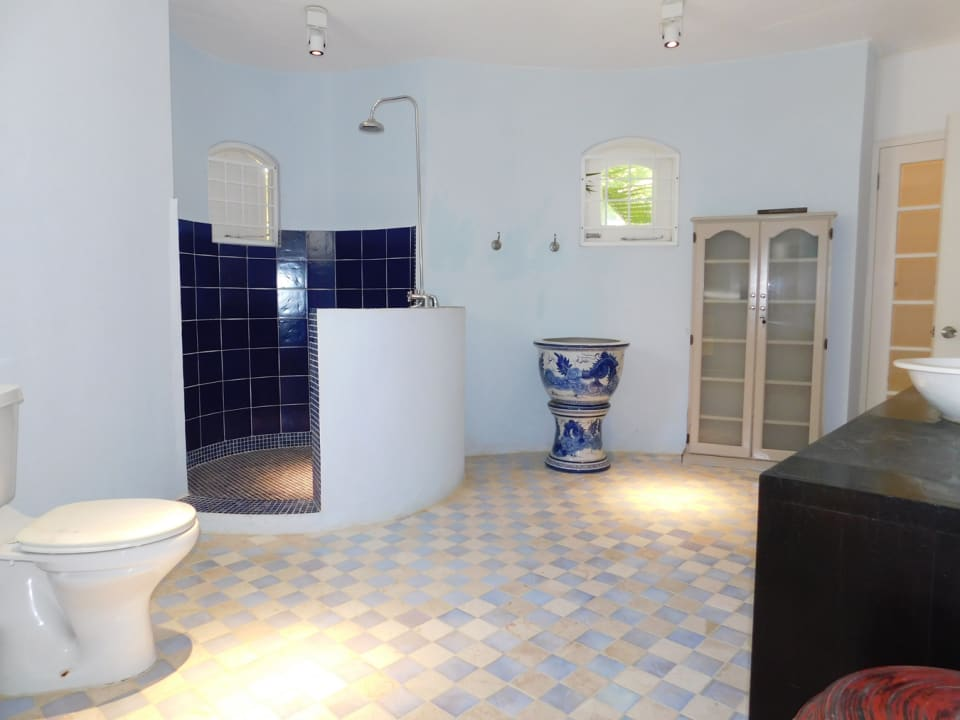 Large bathroom with additional cupboard spaces