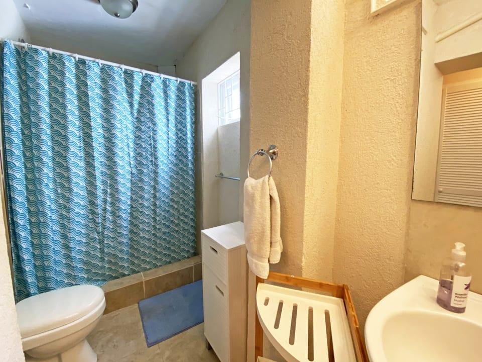 Ground floor 3 bed Apt - Guest bathroom