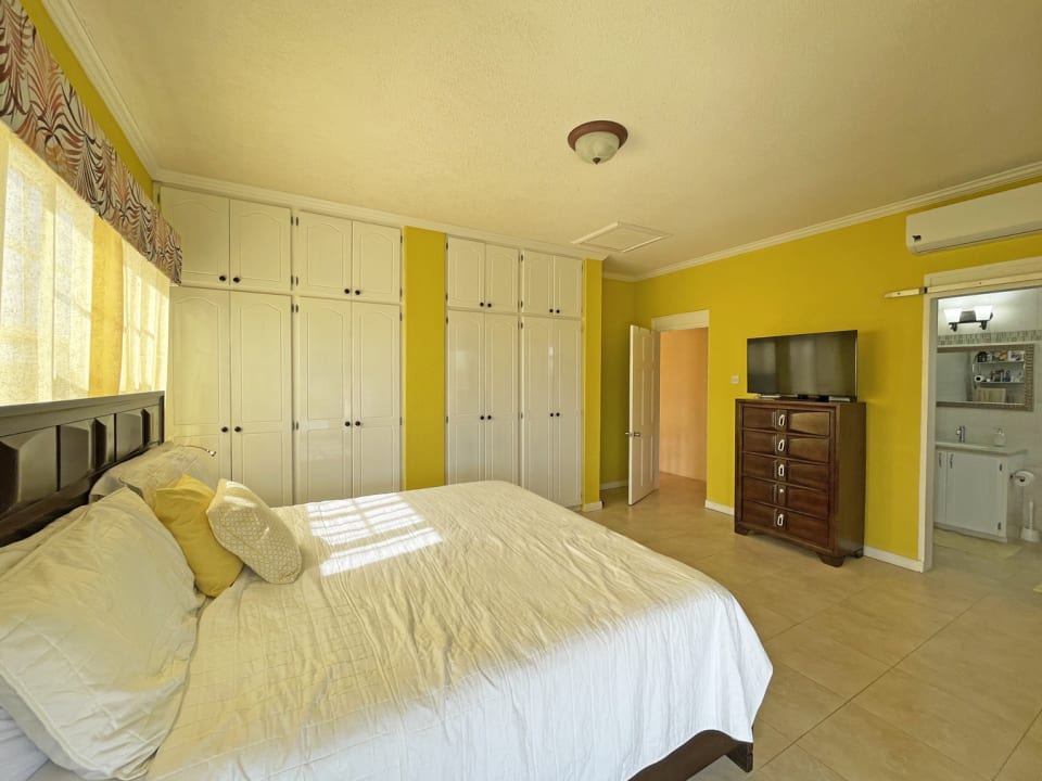 Main bedroom with en-suite bathroom