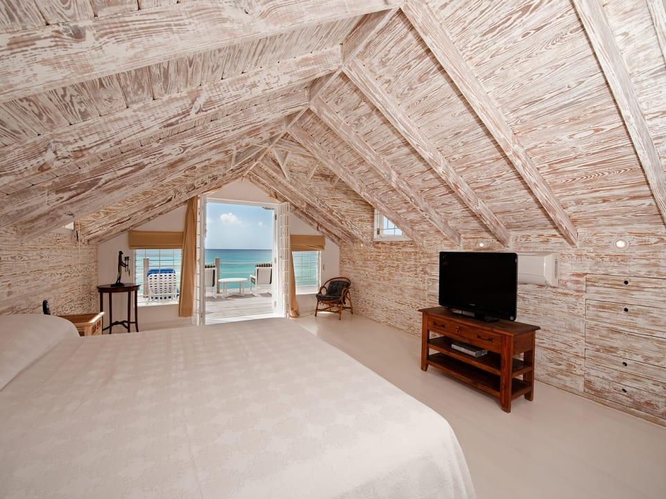 Master bedroom and balcony of Easy Reach