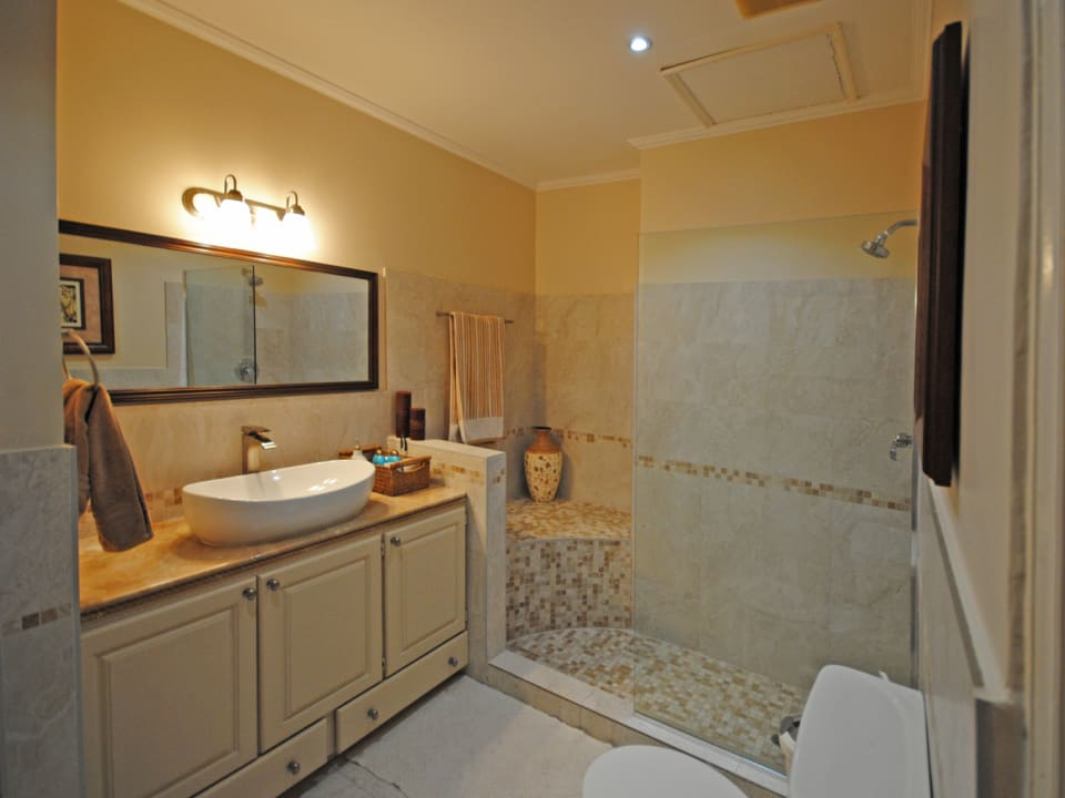 Shared bathroom, for bedrooms 3 and 4