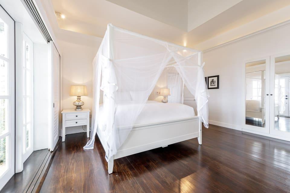 Lower floor master bed