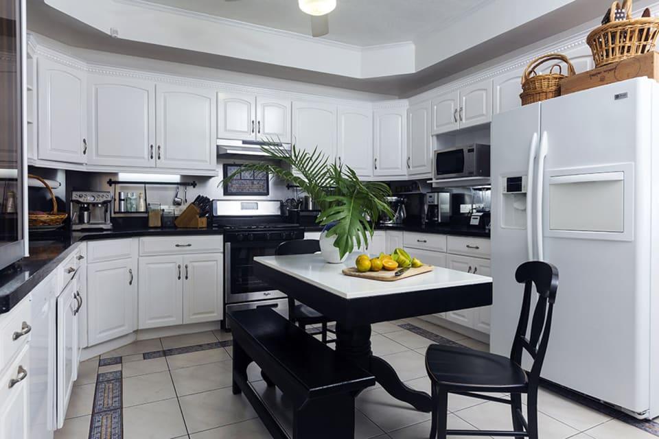 Kitchen with grey/black quartz countertops & Breakfast Bar