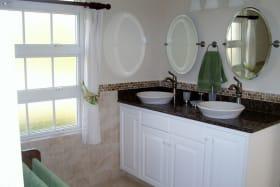 Attractive en suite master bathroom