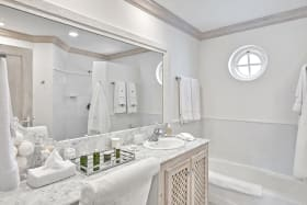 Luxurious bathroom with tub/shower