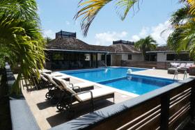 Extensive pool Deck