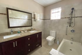 Spacious bathroom wit double sinks