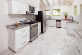 BEAUTIFULLY DESIGNED LARGE KITCHEN