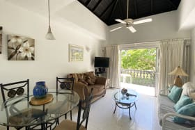 Attractively furnished living & dining room
