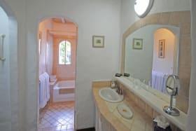 Guest bedroom ensuite bathroom