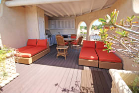 Roof deck with barbecue and jacuzzi