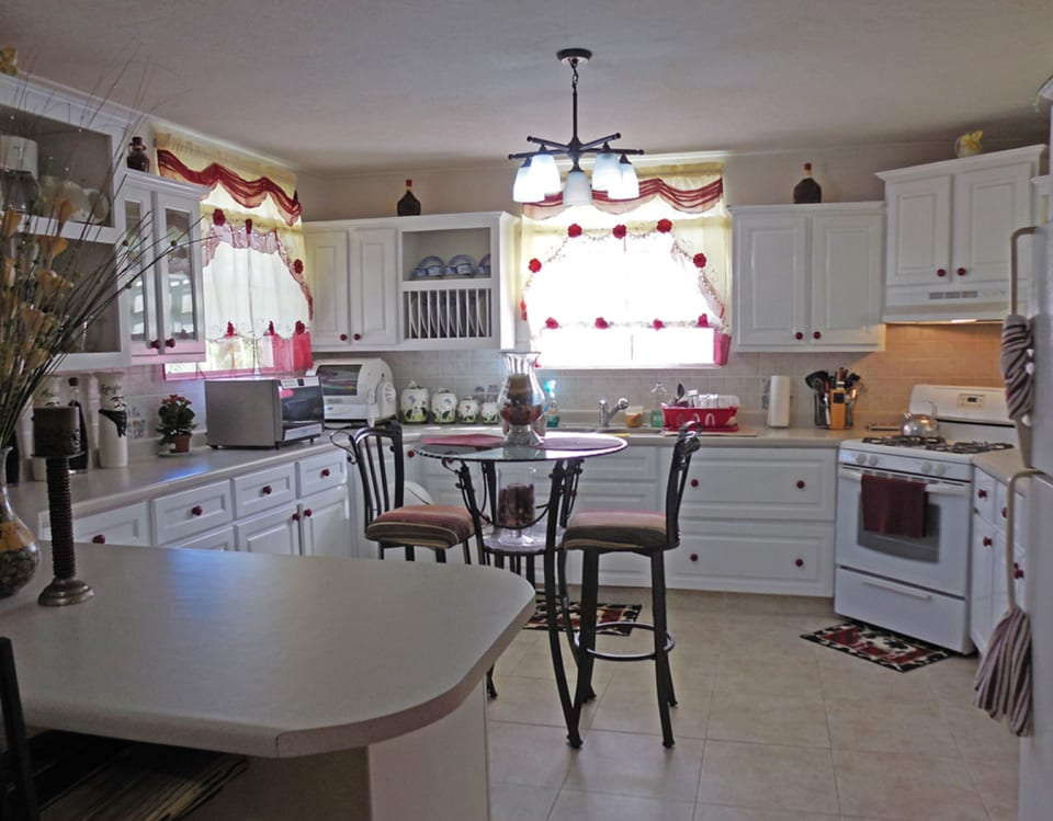 Spacious kitchen with Breakfast Seating
