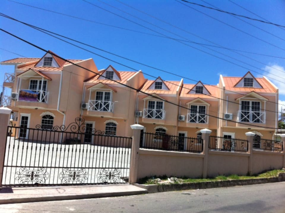 Signal hill unit 2 townhouse trinidad luxury homes for Trini homes