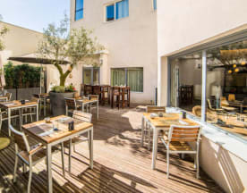 Kitchen and Bar by Courtyard Arcueil, Arcueil
