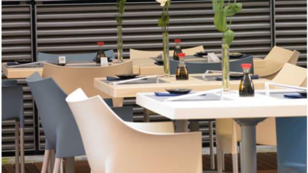 bei fiori bianchi sui tavoli - Toro Sushi & Restaurant, Genova