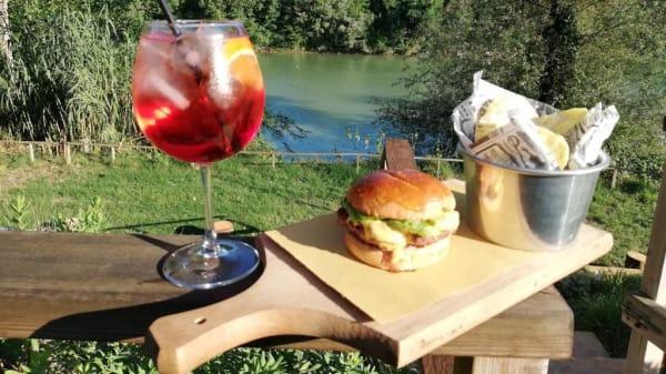 Hamburger Chips e cocktail analcolico con vista tevere dalla nostra terrazza - Club House la Mirage, Rome