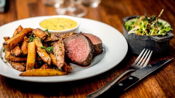 Bøf Bearnaise | steak af oksemørbrad | pommes frites | Komfurets grønne salat | sauce bearnaise - Restaurant Komfur, Aarhus