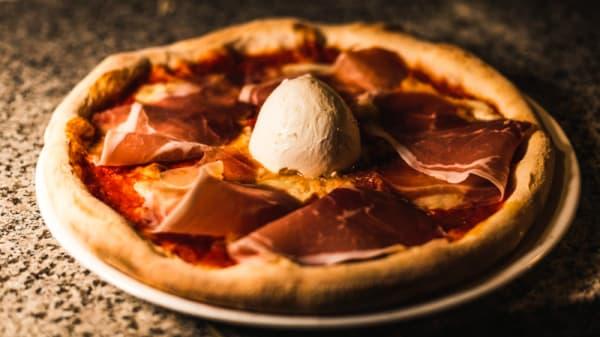 Pizza impasto etrusco con bufala in guarnizione - Lago Ritmo Cibo & Vibrazioni, Perugia