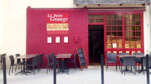 Façade du restaurant et terrasse - La Petite Grange, Guyancourt