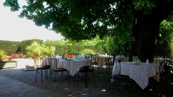 Terrasse d'été du restaurant - Domaine de La Grange Neuve, La Roque-sur-Pernes