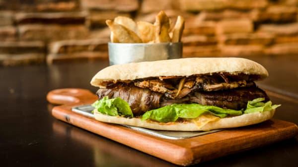 Sandwich Molleja y Provoleta - N53 Fernet Bar Palermo, Buenos Aires
