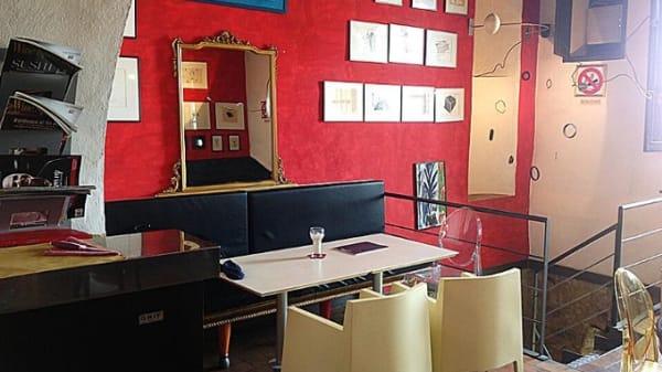 parete rosso acceso e quadri appesi - Sofia Montalcino, Montalcino