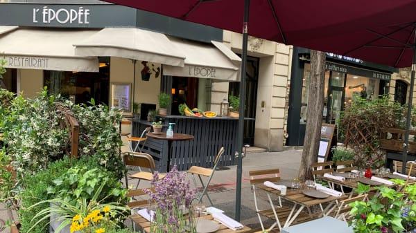 Terrasse fleurie et entrée du restaurant - L'Epopée, Paris