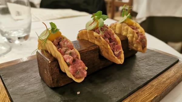 Tacos tartare :Tartare di manzo con condimento tradizionale e uovo di quaglia - TIPICO: cucina, pizza e trebbiano spoletino, Spoleto