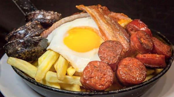 Especial, Huevos fritos, morcilla casera, panceta de pueblo y chorizo casero con patatas fritas naturales y presentado en una original sartén - Cervecería Cruz Blanca - Zubiarte, Bilbao