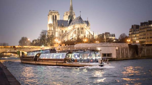 Croisière Dîner Bateaux Parisiens devant Notre Dame - JP Salle - Bateaux Parisiens, Paris