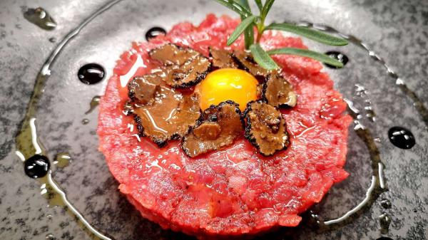 Tartare di manzo con tartufo e uova di quaglia  - Hostè, Santa Maria Capua Vetere
