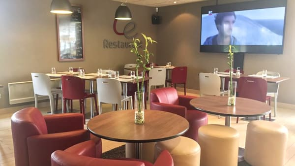 La salle du restaurant et son écran géant - Campanile Nantes Ouest-Saint-Herblain, Saint-Herblain