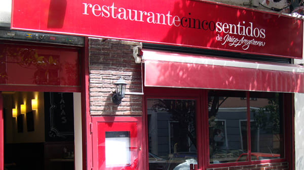 Fachada - Cinco Sentidos, Madrid