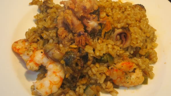 La Malagueta: Paella Malagueña con pollo. langostinos y calamar. - El Rinconcito, Málaga