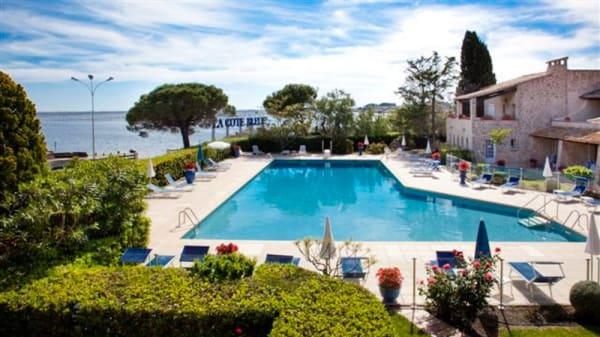 Vue de la piscine - Hôtel Restaurant La Côte Bleue, Bouzigues