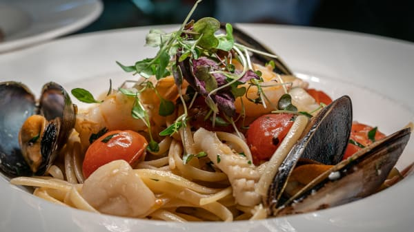 Seafood Linguini - prawns, calamari, scallops, fish and mussels in an olive oil, garlic and white wine sauce.  - Centra Hotel, Geelong (VIC)